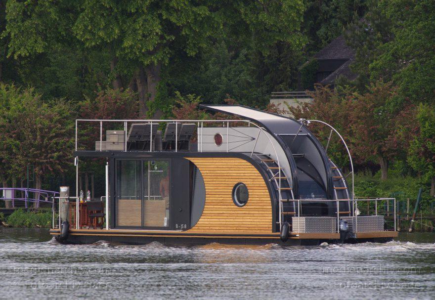 Hausboot - Berlin. Nautilus Hausboot auf dem Fluss Havel. Motorboot ...