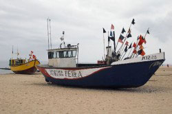 Fischerboot am Stand von Msiroy
