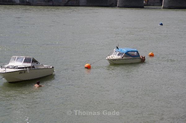 Hilfe naht. Der andere schwimmt auch hin.