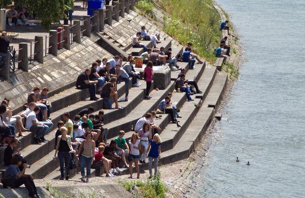 Auf den Stufen am Ufer des Rheins