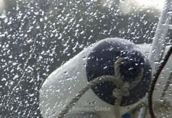 Fahrt im Motorboot. Blick durch ein Fenster mit Regentropfen auf einen Fender