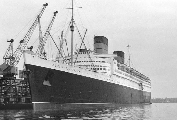 Passagierschiff Queen Elizabeth im Hafen von Portsmouth