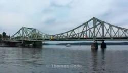 Potsdam - Havel - Glienicker Brücke voraus