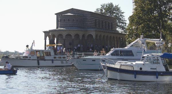 Boote bei der Kirche