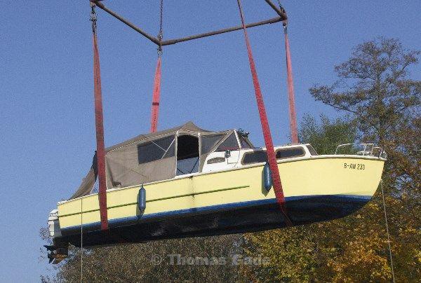 Ein Boot schwebt in der Luft