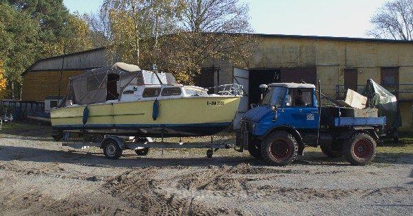 Bootshaus Saatwinkel. Boot auf dem Trailer