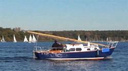 Vorbeifahrendes Segelboot mit runtergelegtem Mast