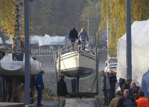 Slipwagen. Das Segelboot kommt aus dem Wasser.