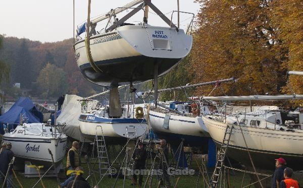 An den Gurten schwebt ein Segelboot.