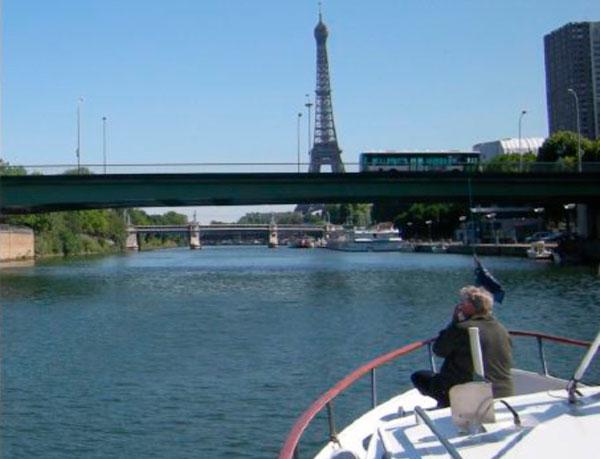 Auf der Seine in Paris.Der Eiffelturm in Sicht