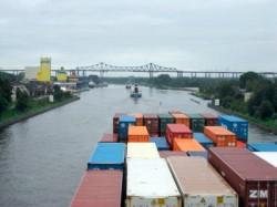 Containerschiff im Nordostseekanal
