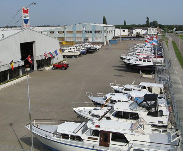 Blick auf die Boote auf dem Gelände