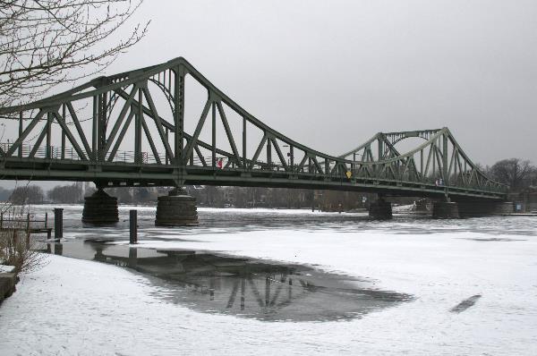 Glienicker Brücke über der Havel. Winter. Eis. Schnee. Zugefrorene Havel.
