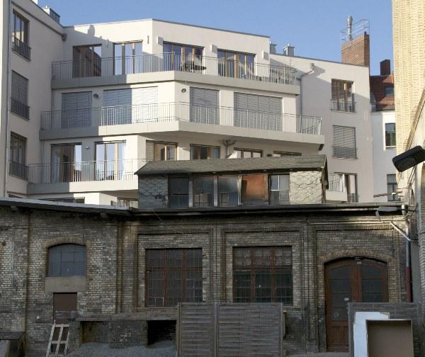 vorne heruntergekommen, hinten moderne Wohnungen