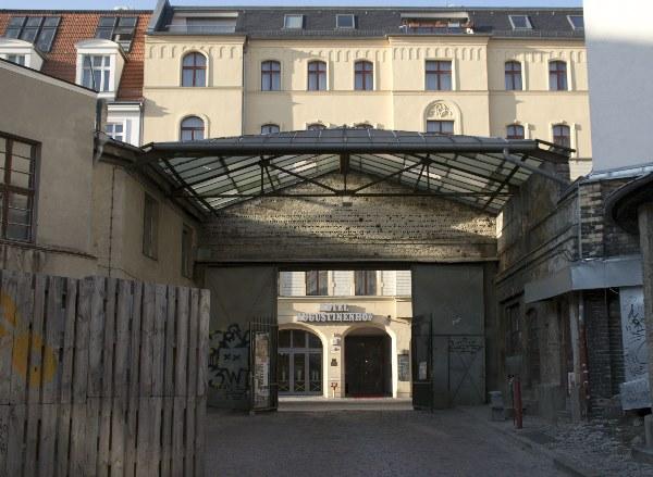 Schickes Hotel vor vergammelten Hinterhof. Auguststraße