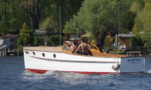 Relaxed im klassichen Motorboot durch Potsdam