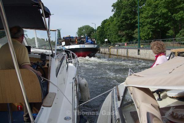 Der Schraubenstrom des Binnenschiffes drückt gegen die Sportboote