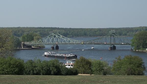 Blick vom Park Babelsberg auf die Havel und Glienicker Brücke