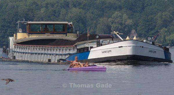 Kajak und Binnenschiff auf Kollisionskurs