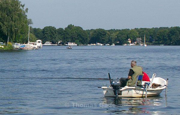 Angler im Boot in der Fahrrinne