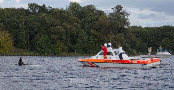 Ein Rettungsboot vom ASB fährt zu der Surferin.