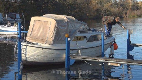 Motorboot Butt auf dem Weg zur Slippanlage
