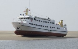 """Ausflugsschiff """"Lady von Büsum"""", festgekommen nahe der kleinen Insel Trischen in der Nordsee am 6. Mai 2013 (Foto: DGzRS)"""