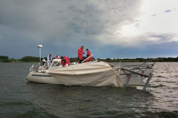 Yacht mit Mastbruch