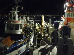 Löschen eines Brandes auf einem Fahrgastschiff im Grömitzer Yachthafen