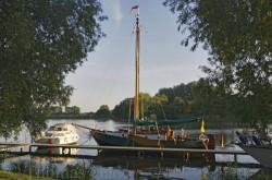 Boote am Gastanleger des Restaurants 'An der Fähre'