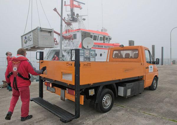 In einer Spezialkiste wurde der 60 Jahre alte Stör mit dem Bordkran der HERMANN MARWEDE auf den Seenotkreuzer übernommen.