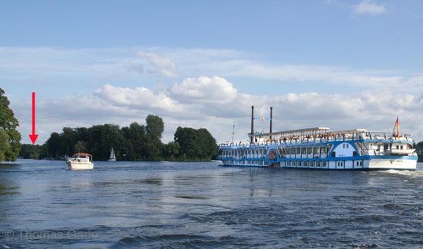 MS Havel Queen fährt in die Einfahrt zum Tegler See.