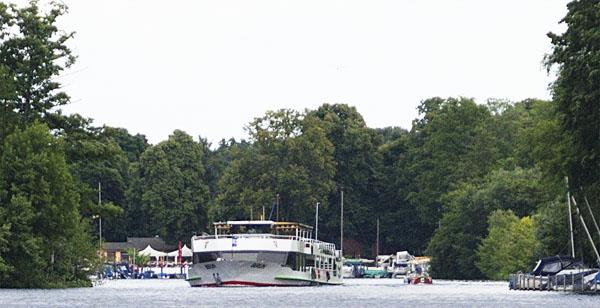 Fahrgastschiff in schmalem Fahrwasser