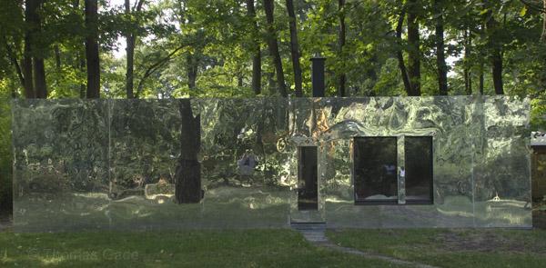Glänzende Fassade aus Metall