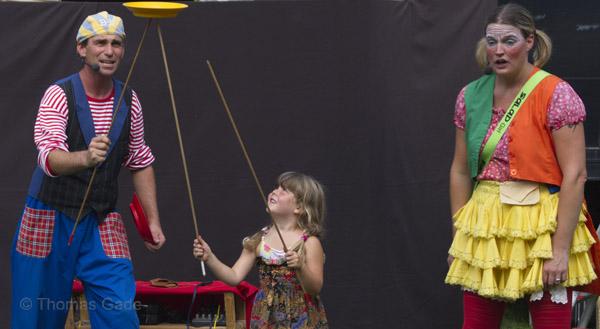 Gaukler und Mädchen mit rotierendem Teller