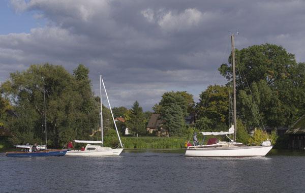 Segelboote im Schlepp auf der Havel