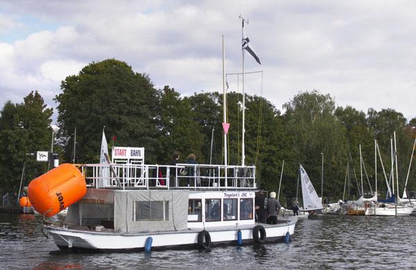 Boot der Regattaaufsicht. Alle Blicke zur Marina.