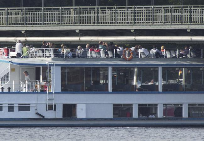 Die Fahrgäste duckten sich, um nicht gegen die Brücke zu stoßen.