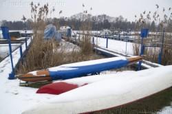 Berlin. Schnee auf Booten am Tegeler See