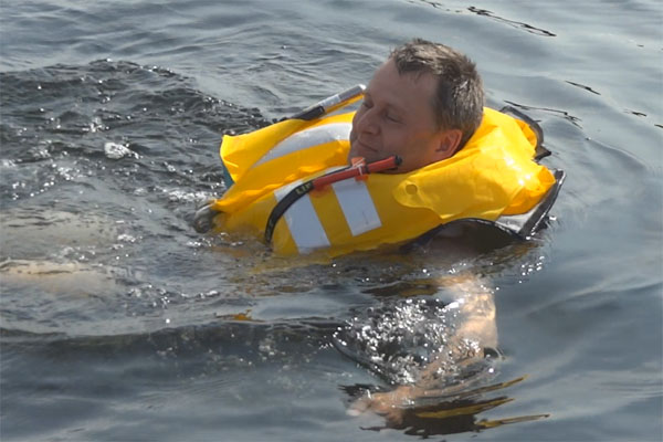 Mit automatischer Rettungsweste im Wasser
