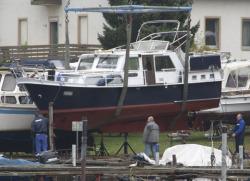 Schwebendes Boot am Kran