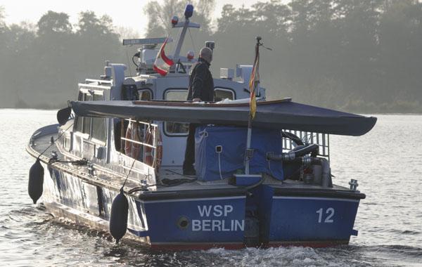 Die Wasserschutzpolizei nimmt das Faltboot mit.