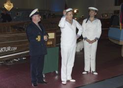 Drei Herren in maritimer Kluft singen alte Lieder
