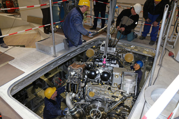 Einbau der beiden zusammen fast 4000 PS starken Maschinen für den Seenotrettungskreuzer der neuen 28-Meter-Klasse der DGzRS.