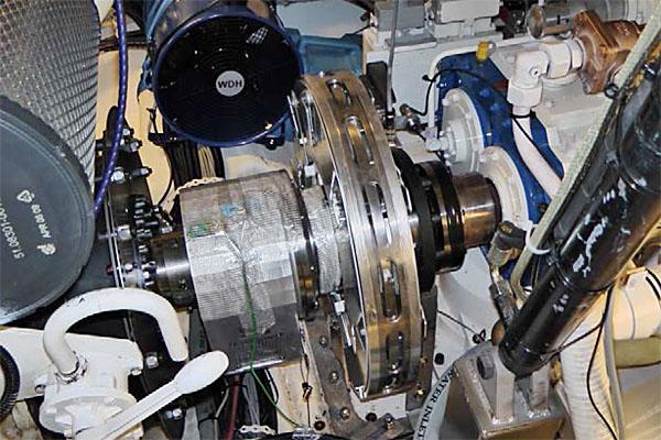 Der aktive Drehschwingungsaktor wird direkt in den Schiffsmotor integriert.