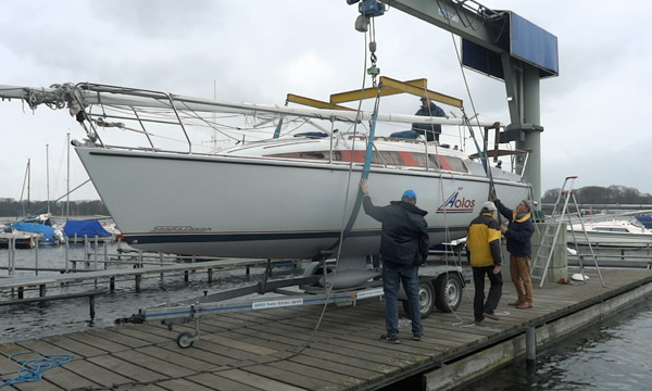 Ein Segelboot  wird gekrant