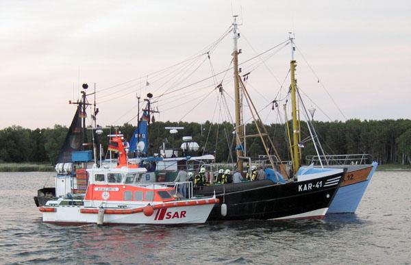 """Seenotrettungsboot HEINZ ORTH der Deutschen Gesellschaft zur Rettung Schiffbrüchiger (DGzRS) längsseits des Fischkutters """"Einheit"""" mit Schwelbrand an Bord am 08.06.2015"""
