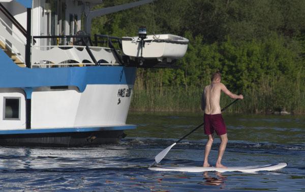 24. 5. 2015. Berlin. Reinickendorf. Tegeler See. Wassersport. Paddeln. Stand Up Paddling. Ausflugsdampfer