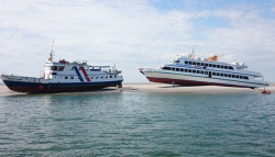 Zwei Fahrgastschiffe auf einer Sandbank
