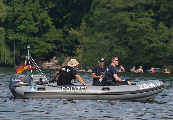 Schlauchboot der Bereitschaftspolizei auf dem Tegeler See